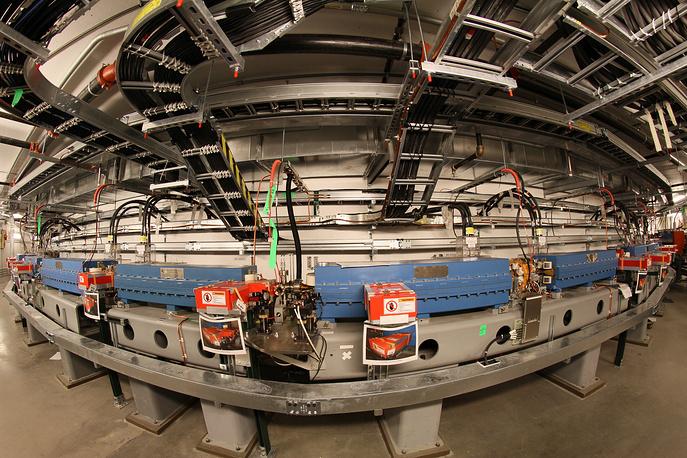 Часть бустерного синхротрона во время сборки в Брукхейвенской лаборатории (США)