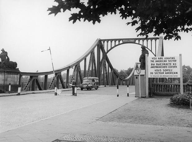 Обмен произошел на границе Западного Берлина и ГДР на мосту Глиникер-брюкке, который впоследствии получил известность как Мост шпионов