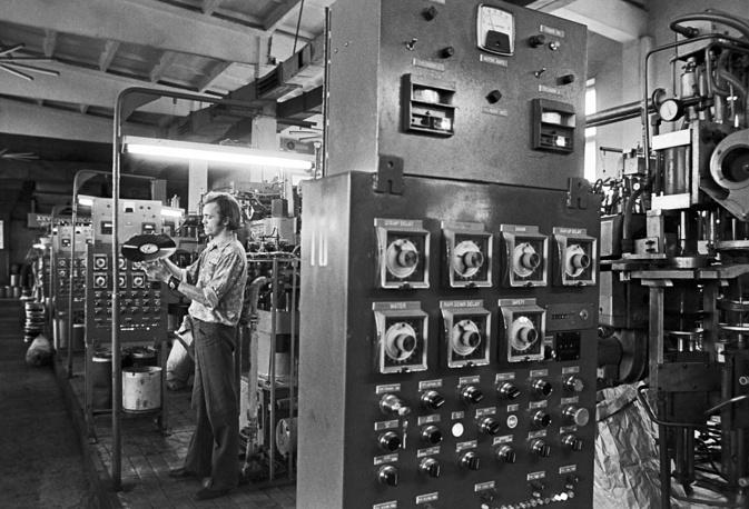"""Общий годовой тираж """"Мелодии"""" к началу 1970-х годов составлял около 200 млн грампластинок. Записи фирмы экспортировались более чем в 90 стран. На фото: апрелевский завод грампластинок, 1975 год"""