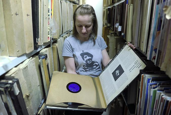 """В настоящее время уникальный архив """"Мелодии"""" насчитывает более 230 тыс. носителей звукозаписей различных музыкальных жанров. На фото: архив виниловых пластинок фирмы """"Мелодия"""""""