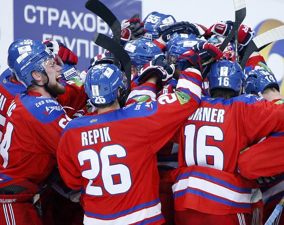 """Игроки """"Льва"""" радуются победе в третьем матче чемпионата КХЛ. Прага. 22 апреля"""