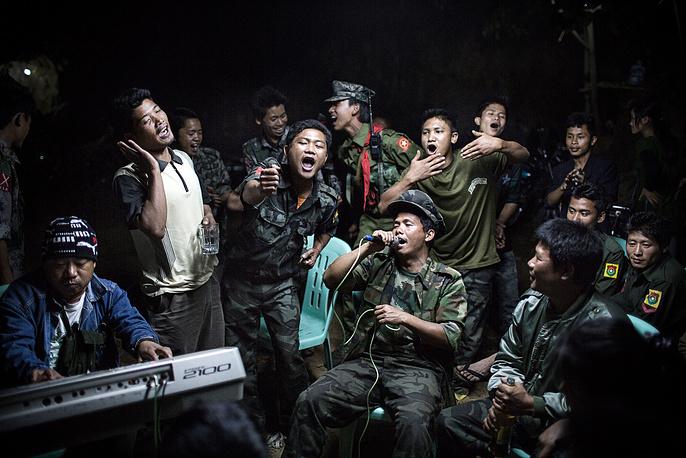 1-е место / Повседневная жизнь / Одиночные фотографии. Солдаты Армии независимости Качина (KIA) выпивают и поют хором на похоронах одного из своих командиров в городе Лайзе, штат Качин, Северная Бирма (Мьянма). Город был осажден  бирманской армией. 15 марта 2013 года, Бирма