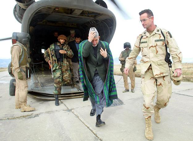 13 июня 2002 года на заседании лойя джирги (всеафганского совещания) Хамид Карзай был избран президентом Афганистана и главой временной администрации. На фото: Хамид Карзай на авиабазе Баграм в Афганистане, 2002 год