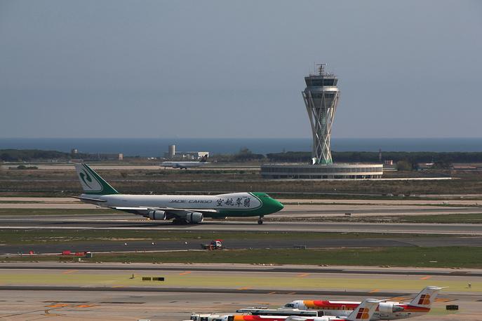 Башня управления воздушным движением международного аэропорта Барселоны выполнена в виде гиперболоида