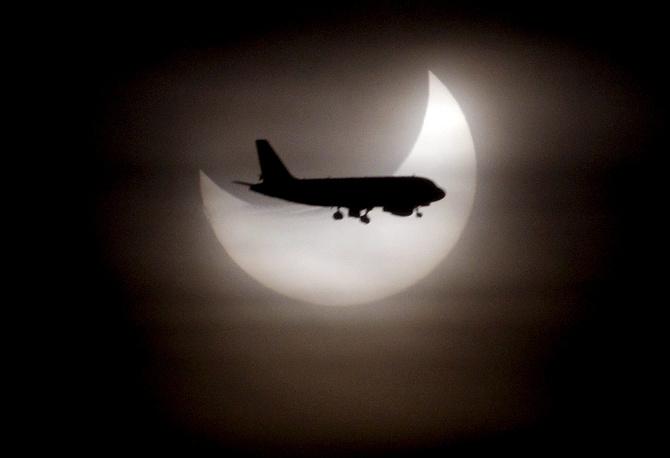 Самолет на фоне частичного солнечного затмения, Барселона, 2011 год