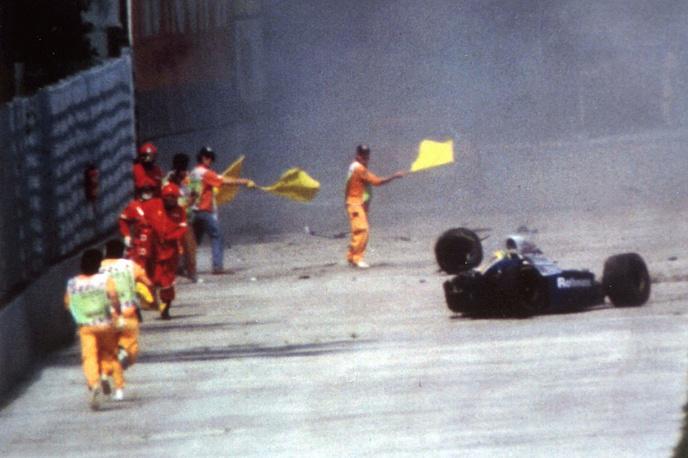 """Трагически погиб 1 мая 1994 года. В этот день Сенна участвовал в гонке Гран-при Сан-Марино (третий этап чемпионата """"Формулы-1"""" сезона-1994) на автодроме имени Энцо и Дино Феррари в Имоле (Италия). На фото: машина Айртона Сенны после столкновения со стеной во время Гран-при Сан-Марино, 1 мая 1994 года"""