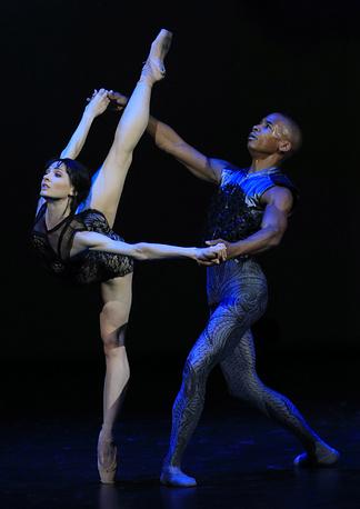"""Мелисса Хэмилтон и Эрик Андервуд в сцене из балета """"Raven Girl"""""""