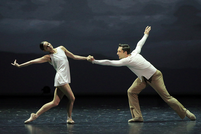 "Игоне де Йонг и Рафаель Кум-Марке в сцене из балета ""On the Nature of daylight"""