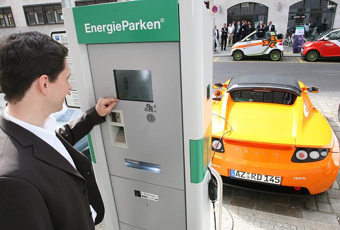 Германия. Цена часа парковки в Берлине составляет от 1 до 5 евро. С 22.00 до 6.00 можно парковаться бесплатно. Большинство домов, офисных зданий, отелей имеют свои подземные паркинги, также распространены многоэтажные автостоянки общего пользования и перехватывающие парковки
