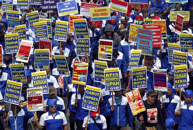 Марш индонезийских рабочих в столице Индонезии Джакарте. На первомайском шествии в центре города собралось более 50 тыс. человек