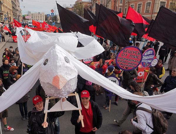 Колонны анархистов и КПРФ во время первомайской демонстрации на Невском проспекте