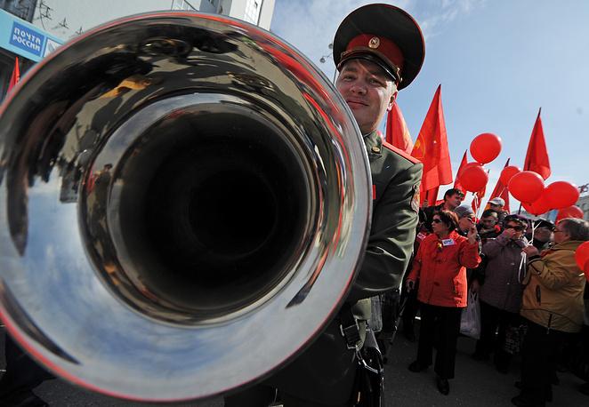 Всего на первомайские демонстрации в Свердловской области вышли более 100 тыс. человек. На фото: демонстрация в центре Екатеринбурга