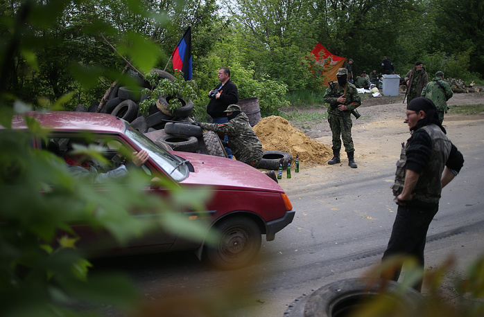 """Народные ополченцы на блокпосту, расположенном рядом с комбинатом """"Комбикорм"""""""