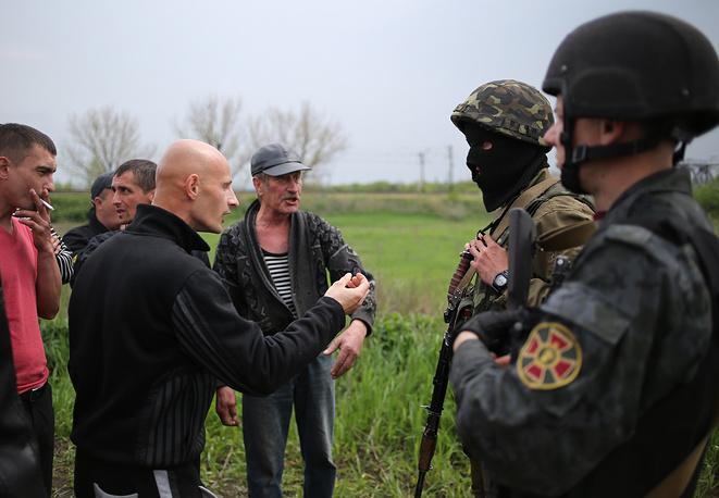 Местные жители во время переговоров с бойцами нацгвардии Украины