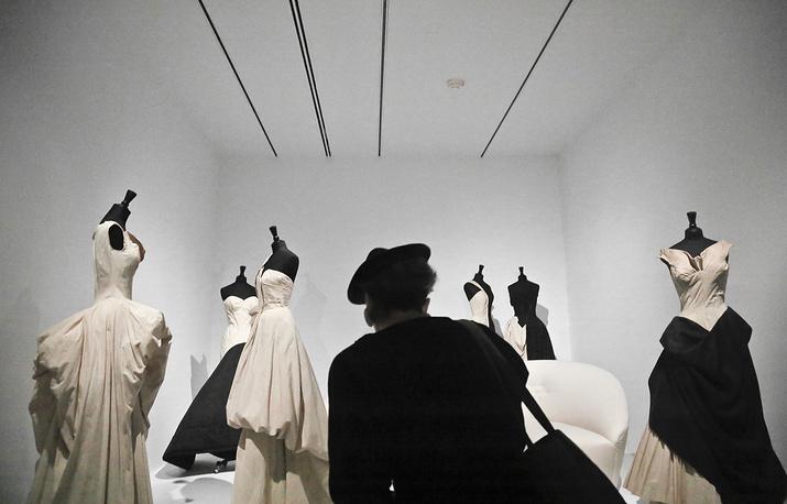 Экспозиция выставки, посвященной британскому дизайнеру Чарльзу Джеймсу