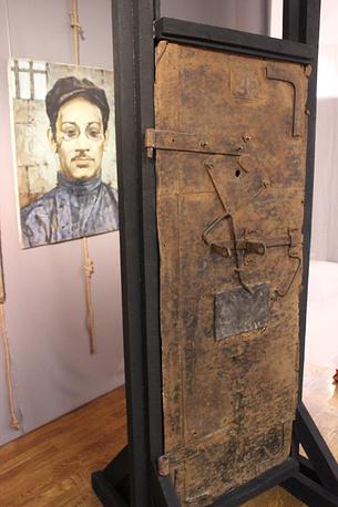 Дверь тюремной камеры Пермского централа и портрет товарища Андрея - Я.М. Свердлова