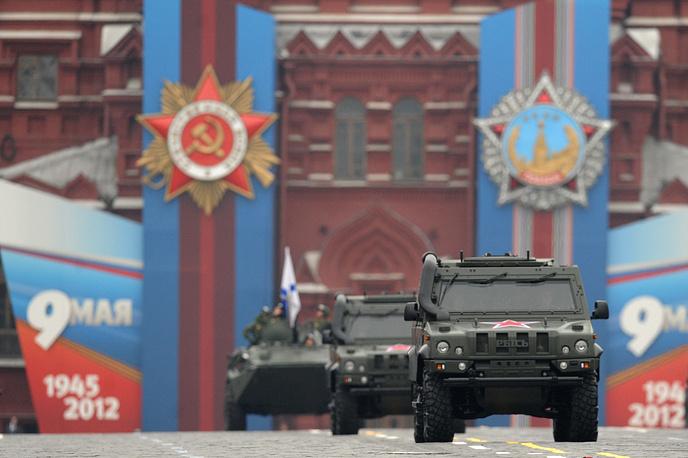 """9 мая 2012 года по Красной площади прошли 14 тыс. военнослужащих и около 100 единиц военной техники. Впервые был продемонстрирован бронеавтомобиль """"Рысь"""". На фото: броневик """"Рысь"""""""