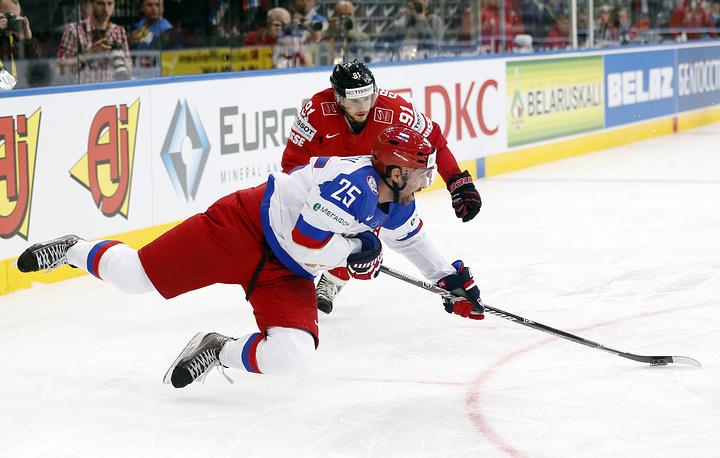 Форвард Данис Зарипов довел счет до разгромного - 5:0 (на фото против защитника сборной Швейцарии Робина Гроссмана)