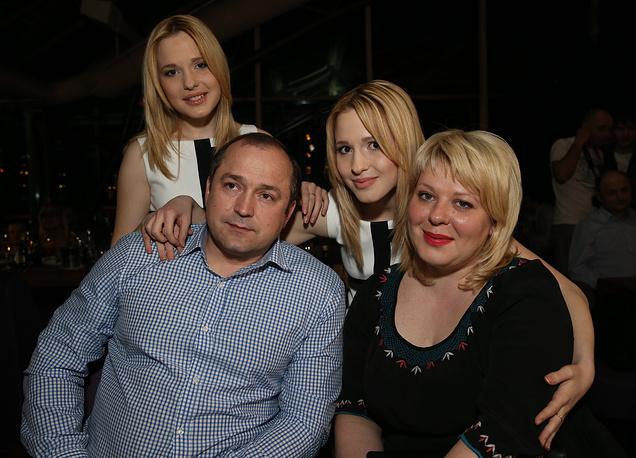 Анастасия и Мария Толмачевы с родителями, 2014 год
