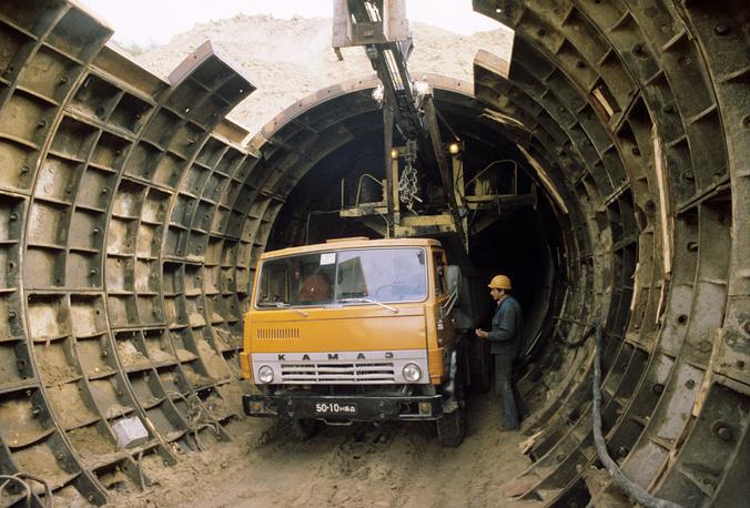 Работа была осложнена тем, что тоннель должен был проходить  под жилыми домами, расположенными на пересечении улиц Кирова и Сакко и Ванцетти и Восход.