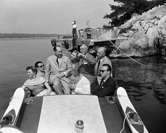 Роберто Росселлини, Ингрид Бергман и Витторио Де Сика катаются на гоночной лодке, 1956 год