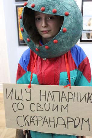 Участница костюмированного представления на открытии выставки