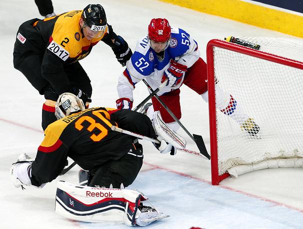 Сергей Широков забросил одну из шайб в ворота немецкого голкипера Филиппа Грубауэра