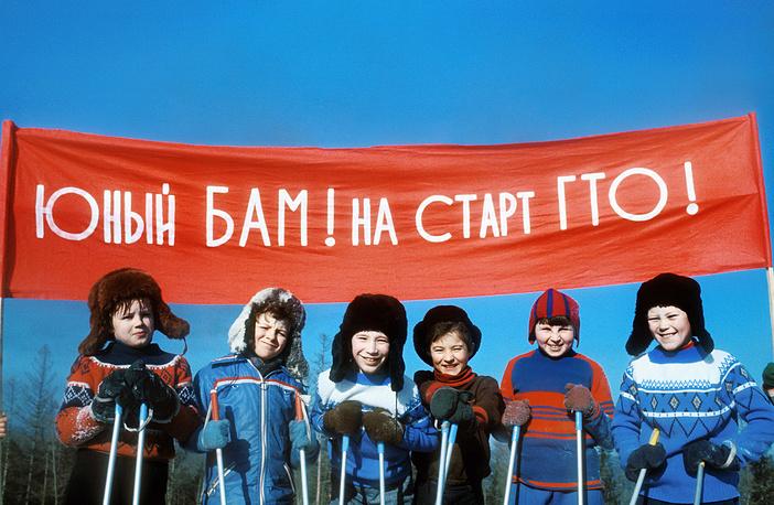 Юные лыжники поселка Магистрального на старте ГТО, 1978 год
