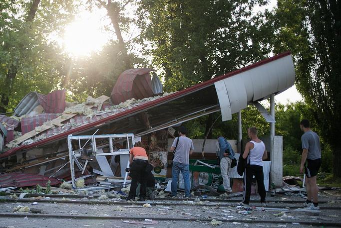 19 мая украинские силовики обстреляли из минометов Краматорск. На фото: жители Краматорска у продуктового магазина, который был разрушен во время артобстрела
