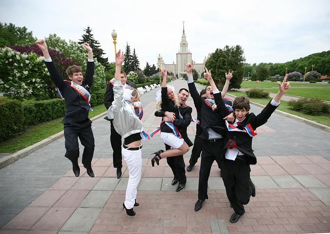 Выпускники в День последнего звонка на Воробьевых горах в Москве, 2009 год