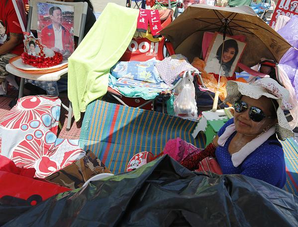 """Тысячи проправительственных """"краснорубашечников"""" поспешили покинуть восточную окраину Бангкока, которую они занимали с 10 мая"""