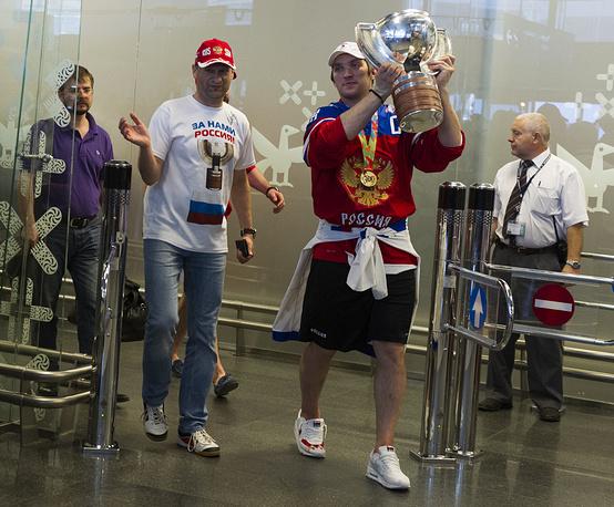 В понедельник утром чемпионская сборная России прибыла в Москву. На фото: Александр Овечкин с кубком в аэропорту Внуково после прилета из Минска