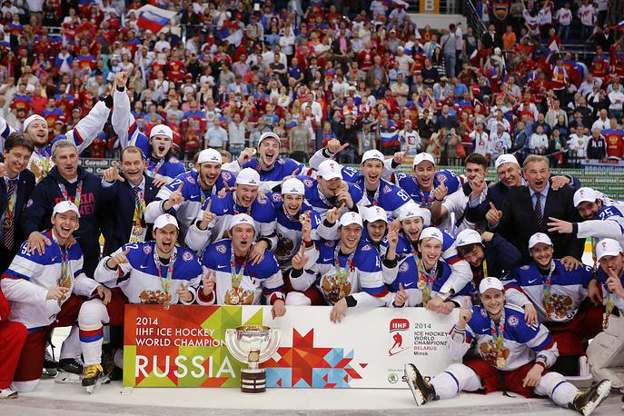 Сборная России пятый раз победила в чемпионате мира по хоккею, выиграв финальный матч у команды Финляндии со счетом 5:2. На фото: сборная России радуется триумфу в финале