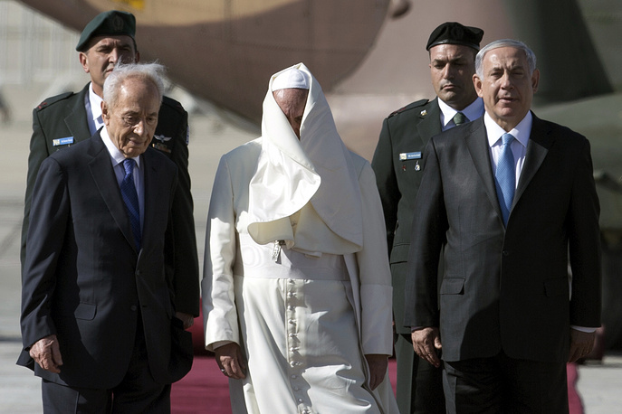 Президент Израиля Шимон Перес, папа Франциск и премьер-министр Израиля Биньямин Нетаньяху (слева направо) в аэропорту Бен-Гурион, 25 мая