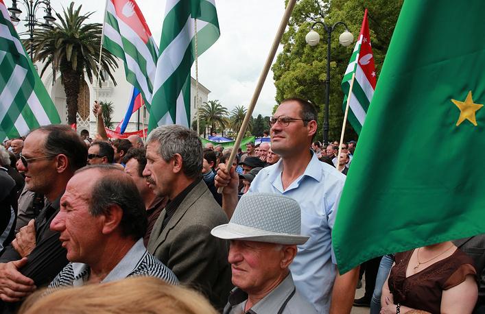 Конфликт между властью и оппозицией начался в связи с выдачей абхазских паспортов 27 тыс. жителей восточных районов республики. Приняв гражданство Абхазии, они не отказались от гражданства Грузии, что противоречит национальному законодательству
