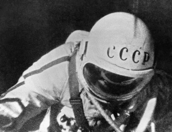 Леонов выходит в открытый космос, 1965 год