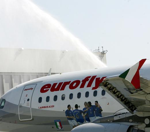 Самолет с изображением ликующих игроков сборной Италии по футболу после победы в чемпионате мира-2006