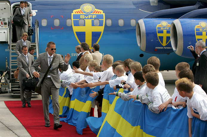 Самолет с членами шведской сборной по футболу украшен эмблемами Шведской футбольной ассоциации (SvFF), 2006 год