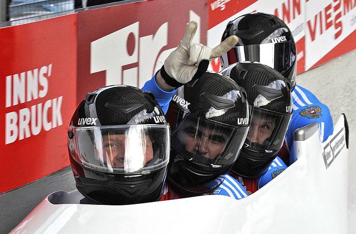 Российские спортсмены Александр Зубков, Филипп Егоров, Дмитрий Труненков и Николай Хренков (слева направо), завоевавшие золото на первом этапе Кубка мира по побслею и скелетону, во время соревнований четверок, 2011 год