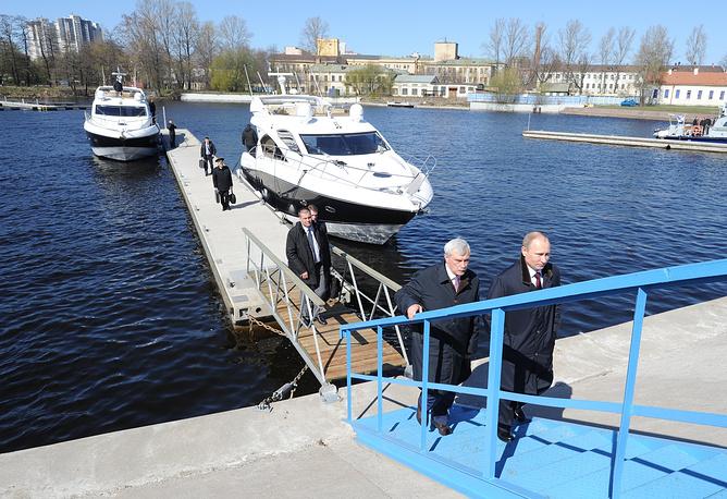 Президент РФ Владимир Путин и Георгий Полтавченко перед началом пленарного заседания первого медиафорума независимых региональных и местных СМИ. 2014 год