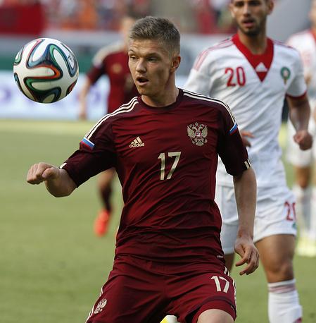 Полузащитник Олег Шатов с мячом