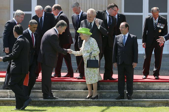 Избранный президент Украины Петр Порошенко пожимает руку королеве Великобритании Елизавете II