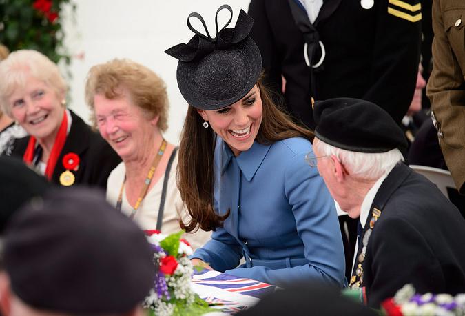 Герцогиня Кембриджская Кэтрин беседут с ветеранами Второй мировой войны