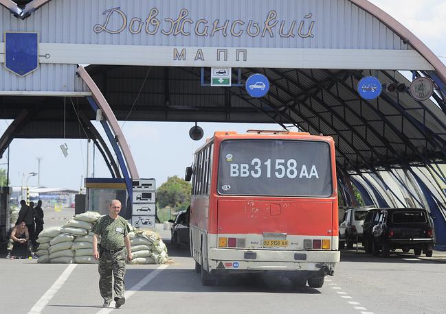 """Рейсовый автобус на пропускном пограничном пункте """"Должанский"""""""