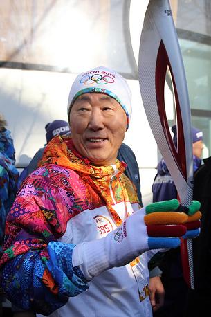 Пан Ги Мун - участник эстафеты Олимпийского огня, Сочи, 2014 год