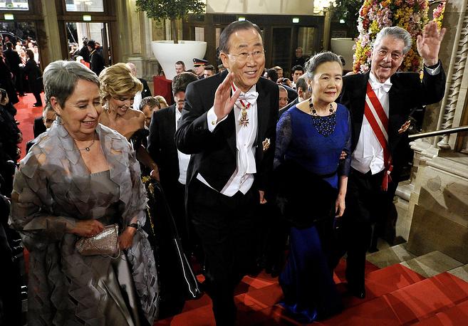Президент Австрии Хайнц Фишер (справа), его супруга Маргит (слева), генсек ООН Пан Ги Мун и его супруга Ю Сун Дэк на Венском оперном балу, 2012 год