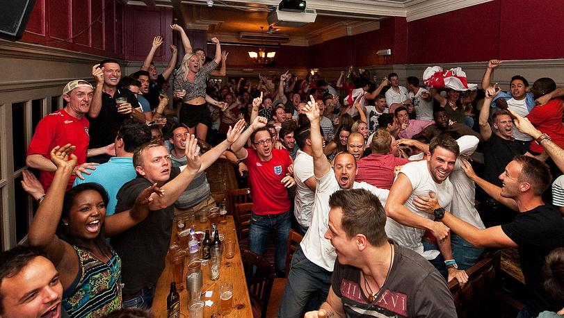 Английские болельщики разносят от радости какой-то бар