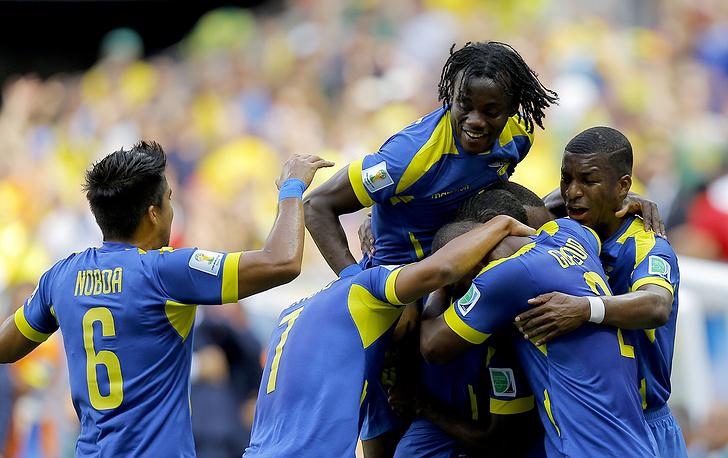 А как все хорошо начиналось для сборной Эквадора - партнеры поздравляют Эннера Валенсию с забитым мячом