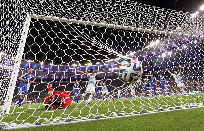 Мяч в воротах сборной Боснии и Герцеговины