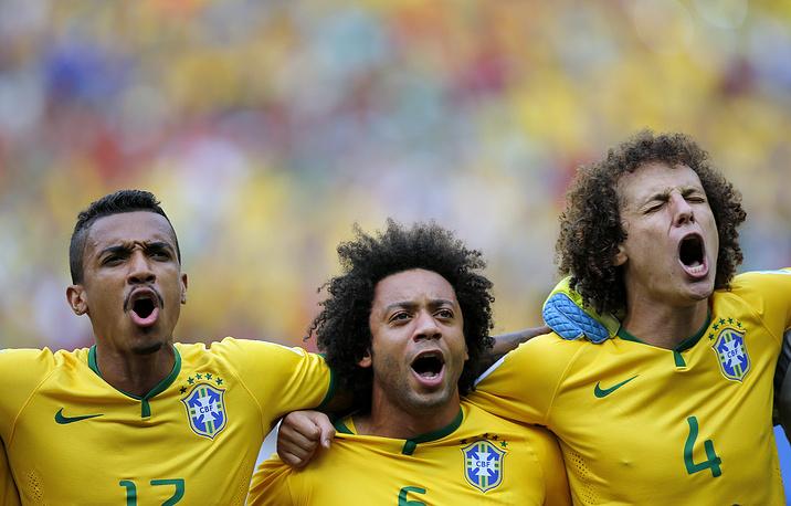 Бразильские футболисты исполняют гимн